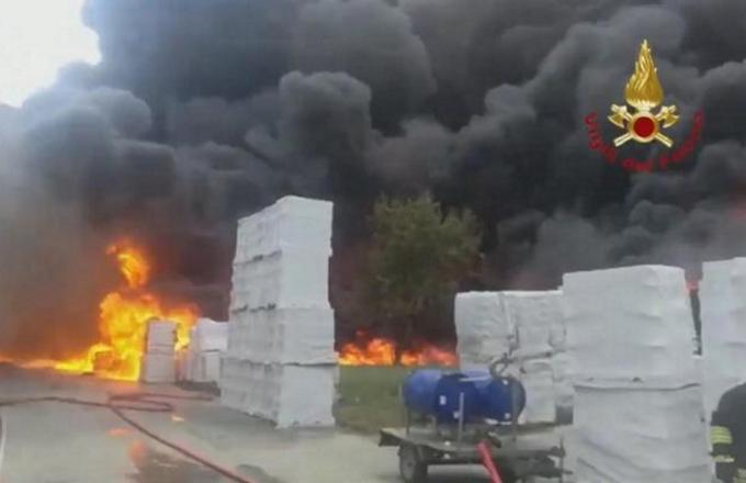 Avellino: stato di emergenza dopo l'incendio in una fabbrica