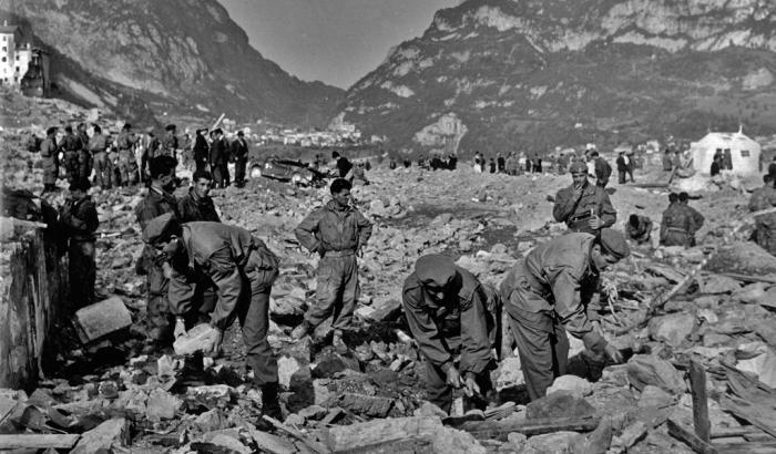 58 anni fa la tragedia del Vajont: le immagini storiche dei vigili del fuoco