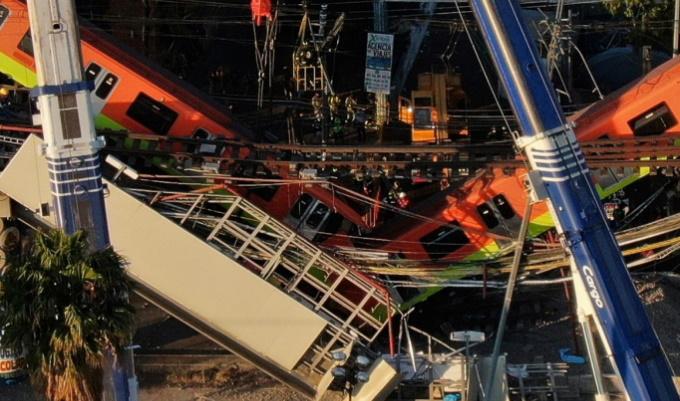 Mexico City: crolla un ponte mentre passa la metro