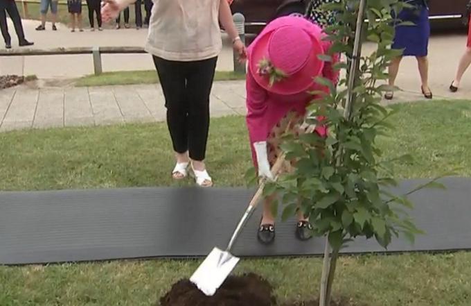Queen Elizabeth giardiniera per un giorno
