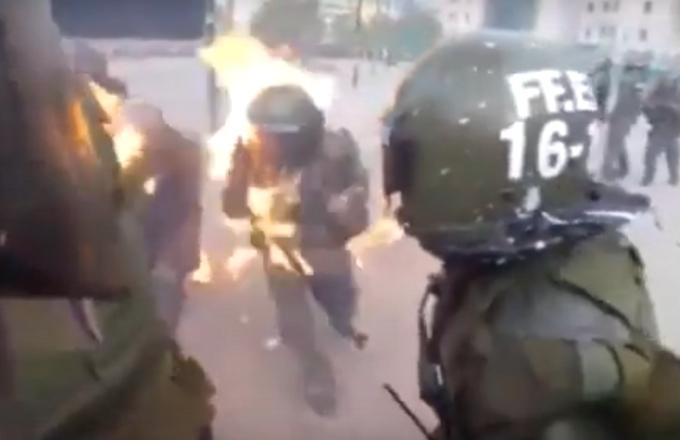 Cile: carabineiros colpito da una molotov