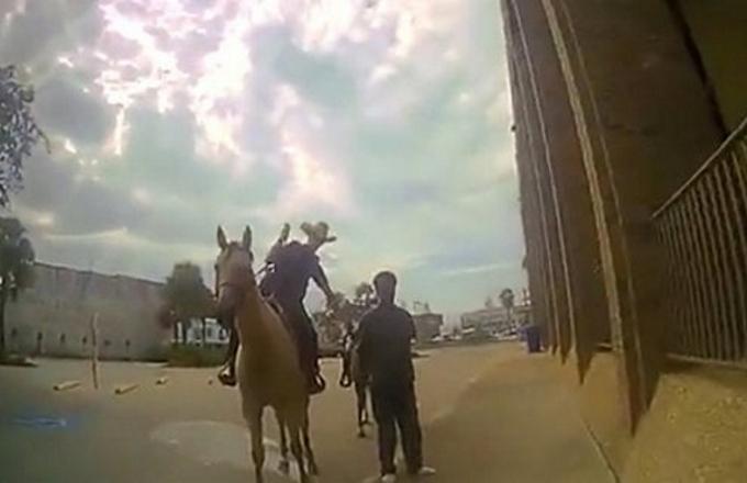 Texas: un giovane trascinato in strada da due poliziotti a cavallo